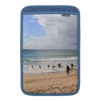 Personas que practica surf en la playa de hombres, fundas MacBook