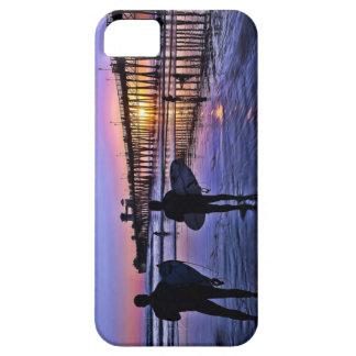 Personas que practica surf en la puesta del sol funda para iPhone 5 barely there