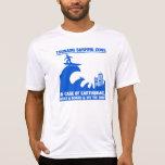 Personas que practica surf extremas del tsunami camisetas