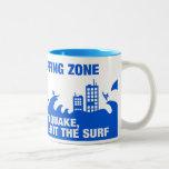 Personas que practica surf extremas del tsunami taza de café