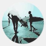 personas que practica surf pegatinas redondas