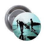 personas que practica surf pins