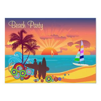 Personas que practica surf y fiesta de la playa de comunicados personales
