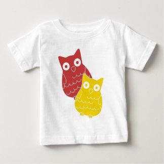 Personas una del búho del rojo uno del amarillo camisetas