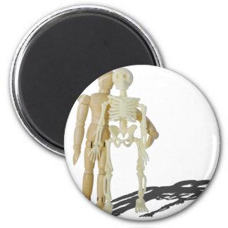PersonStandingNextToSkeleton070315.png Imán Redondo 5 Cm