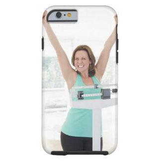 Perte de poids réussie. Pesage heureux de femme Tough iPhone 6 Case