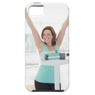 Perte de poids réussie. Pesage heureux de femme iPhone 5 Cases