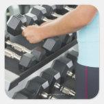 Pesas de gimnasia de elevación 2 de la mujer pegatina cuadrada