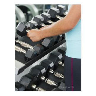 Pesas de gimnasia de elevación 2 de la mujer postal