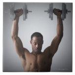 Pesas de gimnasia de elevación 2 del hombre muscul teja  ceramica