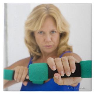 Pesas de gimnasia de elevación de la mujer azulejo cuadrado grande