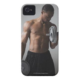 Pesas de gimnasia de elevación del hombre muscular Case-Mate iPhone 4 cárcasa