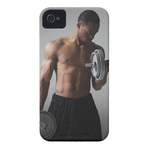 Pesas de gimnasia de elevación del hombre muscular iPhone 4 Case-Mate cárcasa