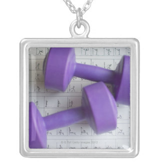 Pesas de gimnasia púrpuras pendientes