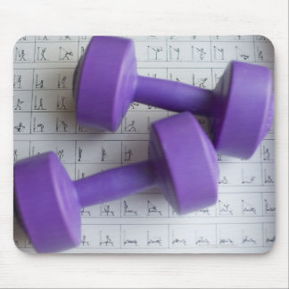 Pesas de gimnasia púrpuras alfombrilla de ratones