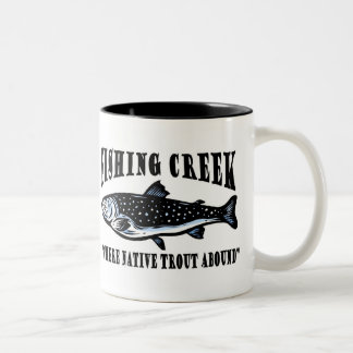 Pesca con mosca de la trucha de la cala de la pesc taza de café