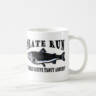Pesca con mosca de la trucha de la cala de la taza de café