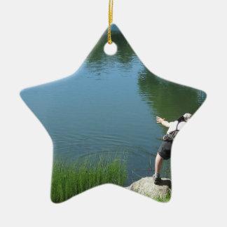 Pesca con mosca del hombre en un lago de la adorno de cerámica en forma de estrella