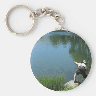 Pesca con mosca del hombre en un lago de la llavero redondo tipo pin