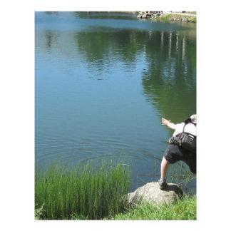 Pesca con mosca del hombre en un lago de la membrete a diseño