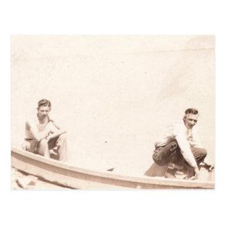 Pesca de dos amigos postal