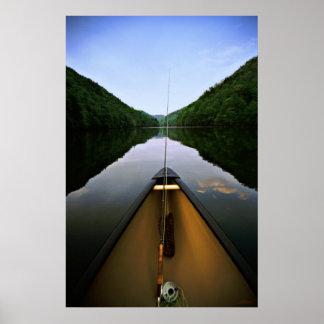 Pesca de la canoa de la montaña póster