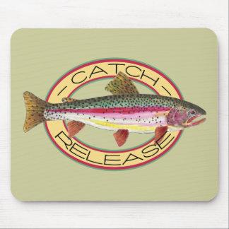 Pesca de la captura y del lanzamiento de la trucha tapete de ratones