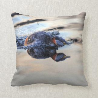 Pesca de la foto de cuello rojo de la fauna de las almohada