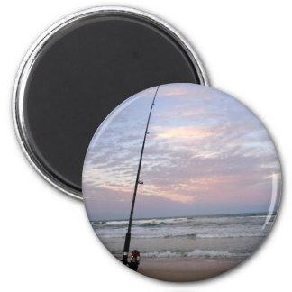 Pesca de la playa en la puesta del sol imán redondo 5 cm