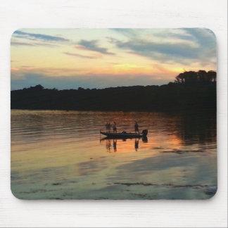 Pesca de la puesta del sol tapetes de ratón