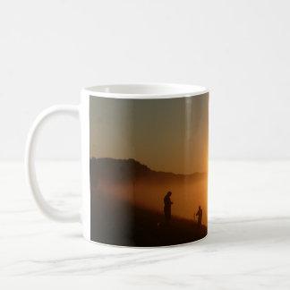 Pesca de la salida del sol taza de café