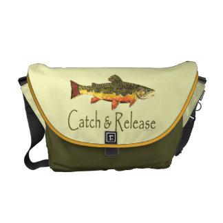 Pesca de la trucha de la captura y del lanzamiento bolsa messenger
