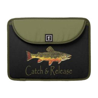 Pesca de la trucha de la captura y del lanzamiento funda macbook pro