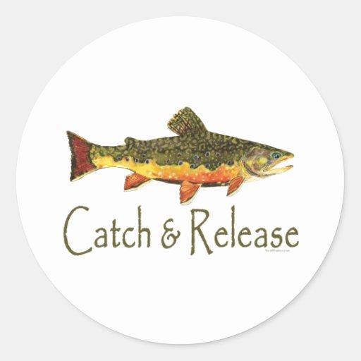 Pesca de la trucha de la captura y del lanzamiento pegatina redonda