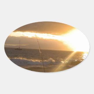 Pesca de Maui Hawaii en la puesta del sol Pegatina Ovalada