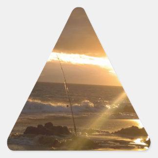 Pesca de Maui Hawaii en la puesta del sol Pegatina Triangular