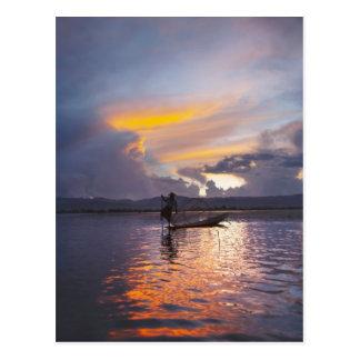 Pesca del barco de rowing de la pierna del pescado tarjetas postales