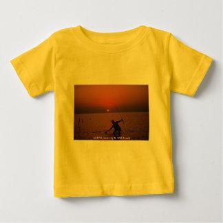 Pesca del niño T/puesta del sol Remeras