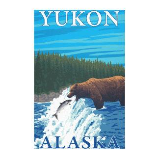 Pesca del oso en el río - el Yukón, Alaska Lona Estirada Galerias