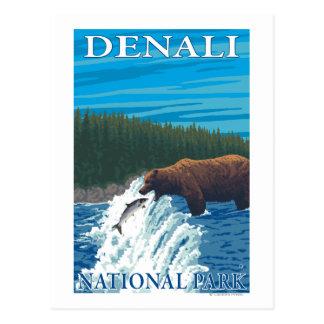 Pesca del oso en el río - parque nacional de Denal Postales