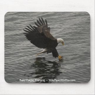 Pesca del sistema del regalo de Eagle calvo Mousepads