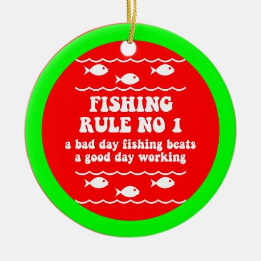 Pesca divertida adorno navideño redondo de cerámica