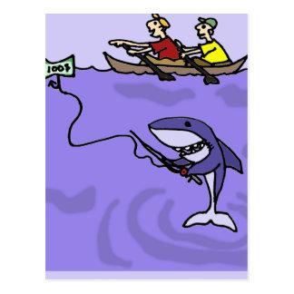 Pesca divertida del tiburón con el dinero postales
