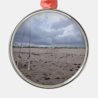 Pesca en la playa adorno redondo plateado