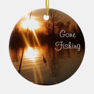 Pesca en la puesta del sol adorno navideño redondo de cerámica