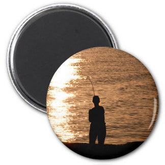 Pesca en la puesta del sol imán redondo 5 cm
