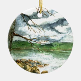 Pesca en un barco verde - acuarela de la caída adorno navideño redondo de cerámica