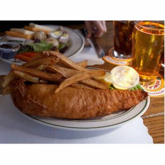 Pescado frito con patatas fritas con una pinta de  fotoescultura vertical