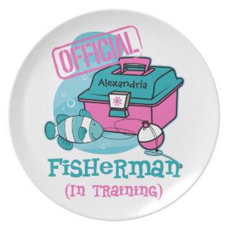 Pescador del chica en el entrenamiento plato de comida