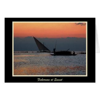 Pescador en la puesta del sol con la frontera tarjeta de felicitación